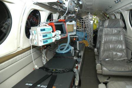 micus-aero intensivvårdsbår i Beech 200